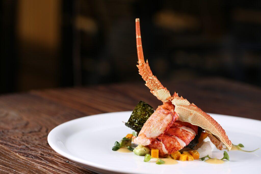 Le homard aime le vin! Blanc, de préférence.