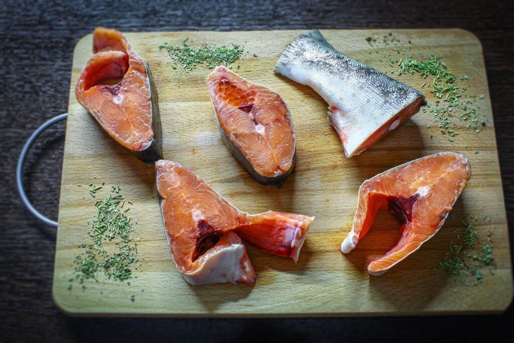 Le saumon cuit à l'unilatéral aime le vin blanc